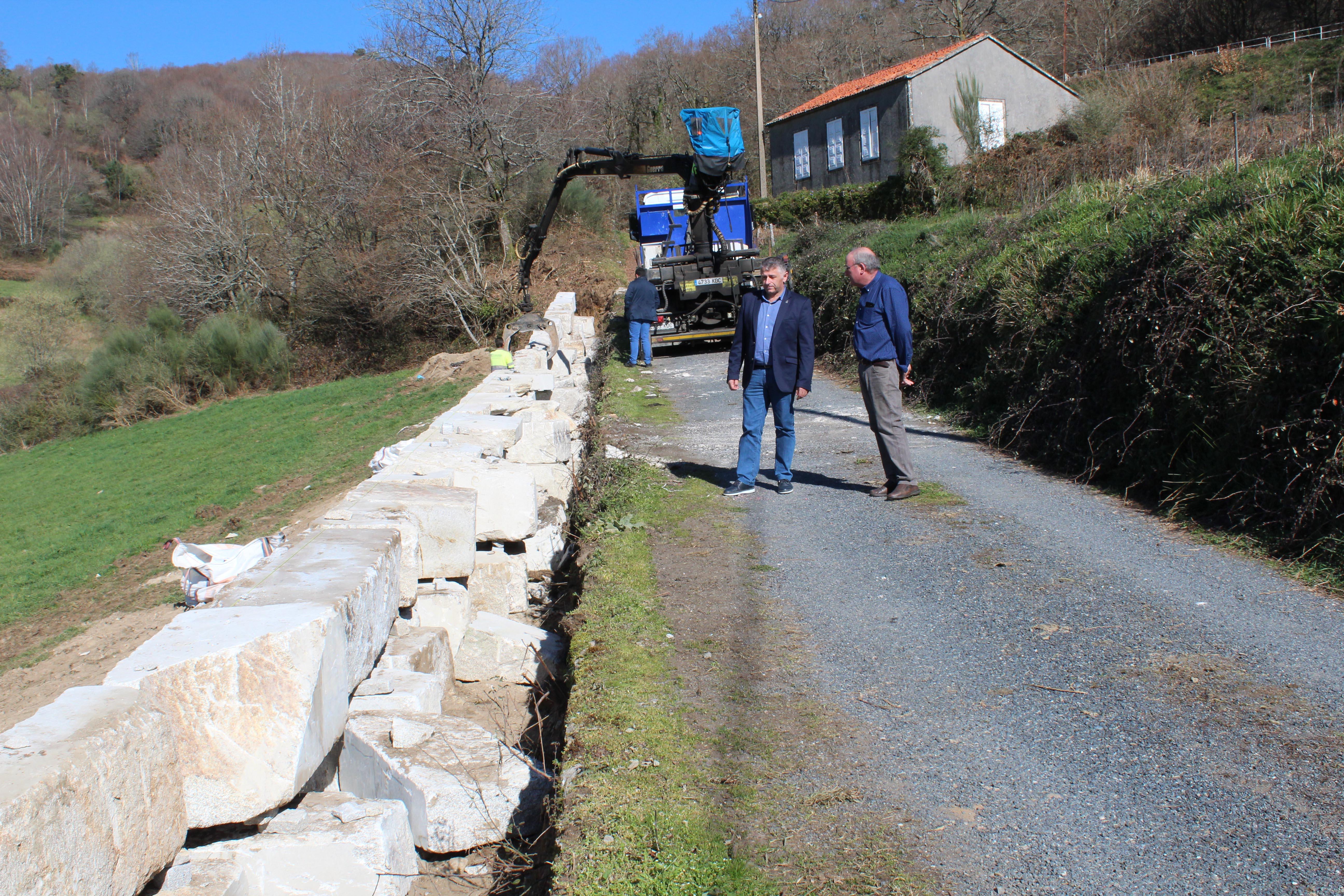 En marcha as obras de ampliación do acceso á igrexa e centro social de Refoxos