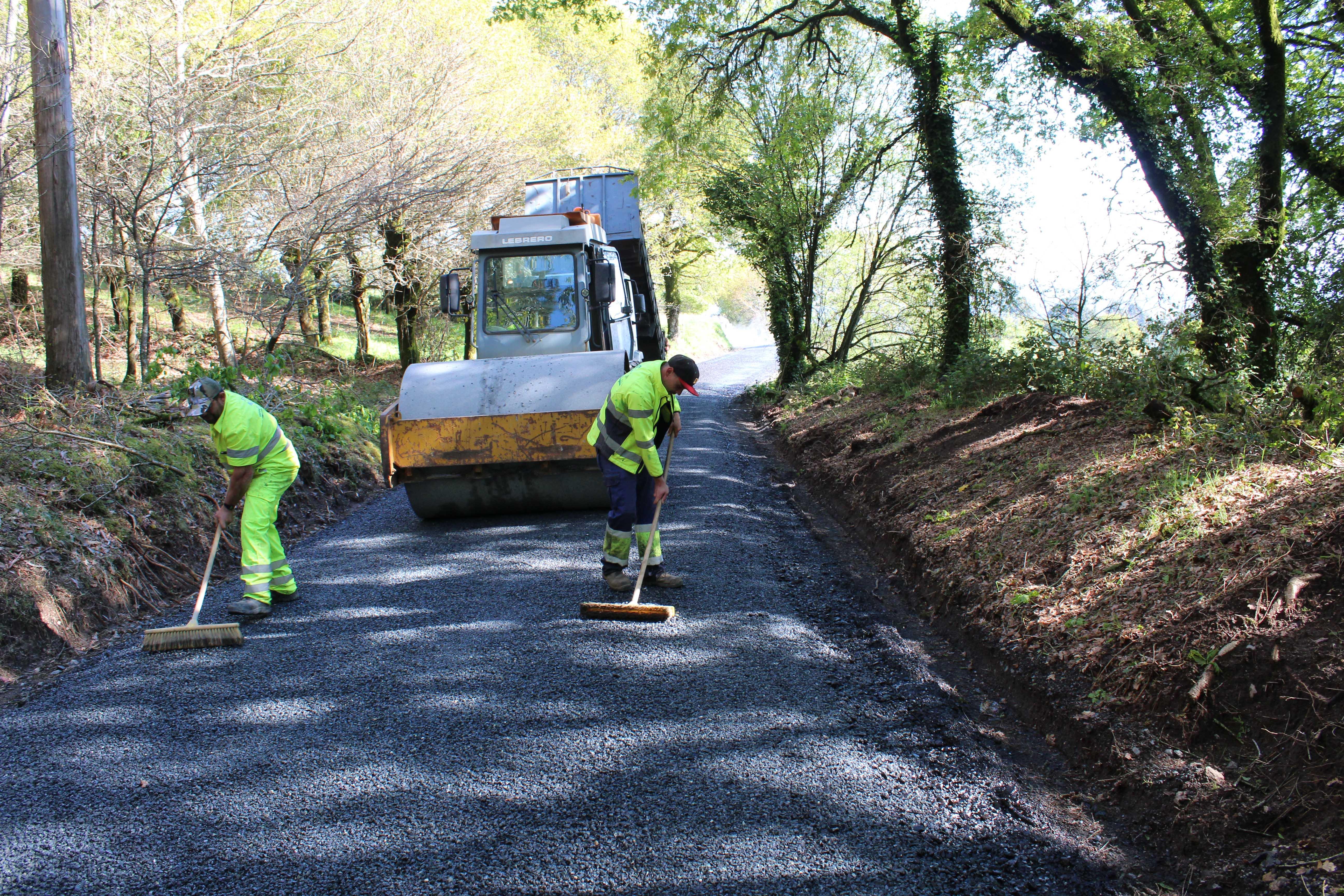 En marcha as obras de mellora da pista de Férveda, na parroquia de Escuadro