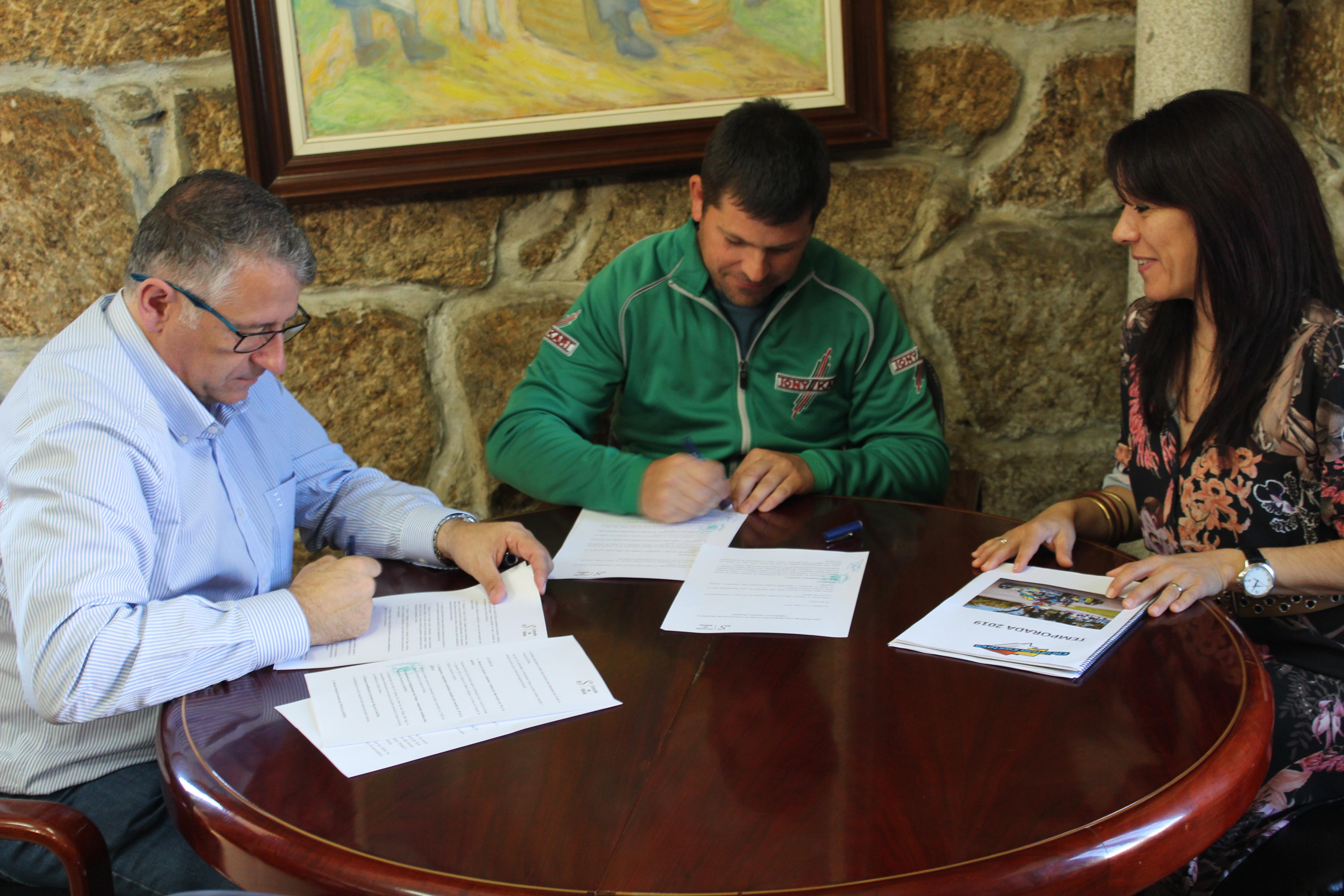 Manuel Cuiña asinou o acordo de patrocinio do  Concello de Silleda ao piloto Cristian Costoya
