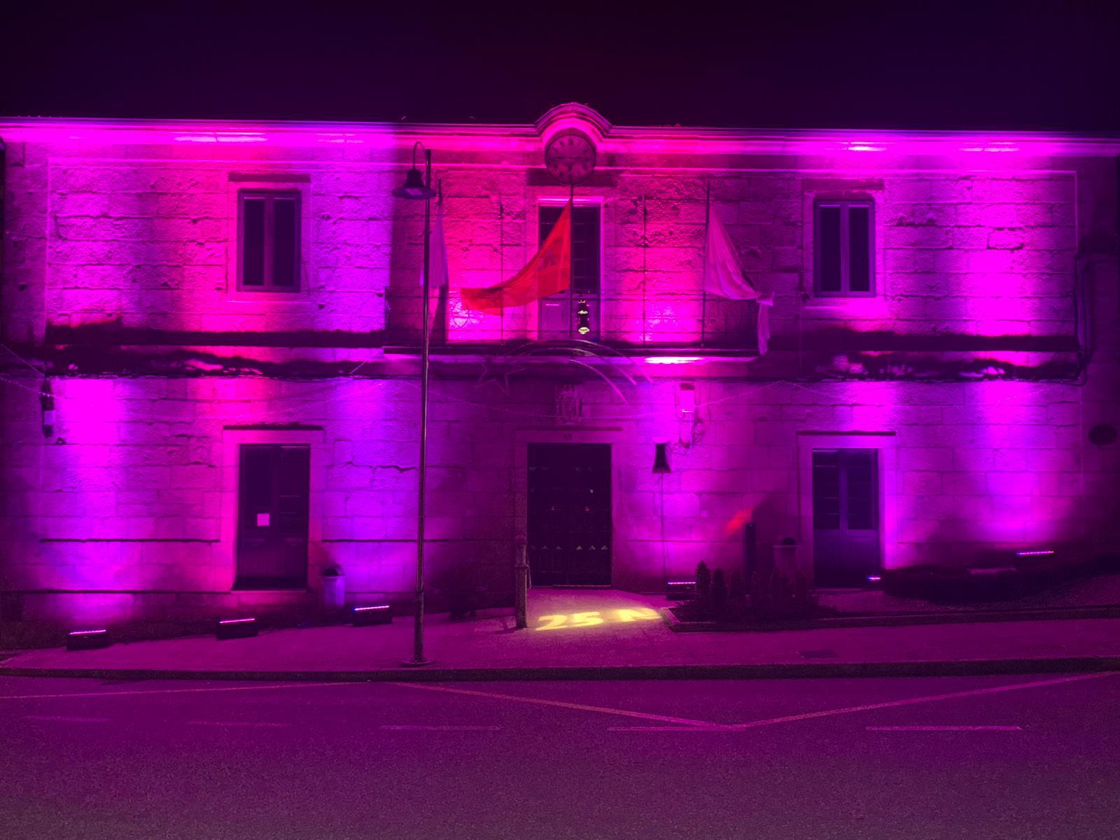 Silleda ilumina de violeta fachadas e a fonte da muller labrega durante a vindeira semana en conmemoración do 25-N